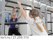 Купить «Группа детей занимаются гимнастикой на Шведской стенке», эксклюзивное фото № 27259113, снято 29 ноября 2017 г. (c) Дмитрий Неумоин / Фотобанк Лори