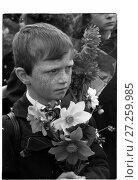 Купить «Первое сентября. Ученики с букетами цветов», фото № 27259985, снято 19 июня 2019 г. (c) Борис Кавашкин / Фотобанк Лори