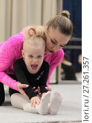 Купить «Гимнастка 4-х лет выполняет упражнение вместе с тренером», эксклюзивное фото № 27261357, снято 30 ноября 2017 г. (c) Дмитрий Неумоин / Фотобанк Лори