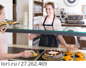 Купить «Bakery female worker with delicious pies and rolls on counter», фото № 27262469, снято 22 апреля 2017 г. (c) Яков Филимонов / Фотобанк Лори
