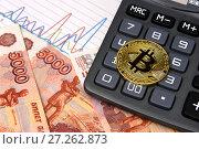 Монета биткоин, графики, калькулятор и пятитысячные купюры. Стоковое фото, фотограф Юрий Морозов / Фотобанк Лори