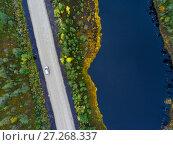Купить «Автомобиль на проселочной дороге проезжает по берегу озера, вид сверху», фото № 27268337, снято 23 сентября 2017 г. (c) Кекяляйнен Андрей / Фотобанк Лори