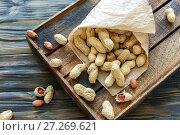Купить «Бумажный пакет с неочищенным арахисом», фото № 27269621, снято 10 октября 2017 г. (c) Марина Сапрунова / Фотобанк Лори
