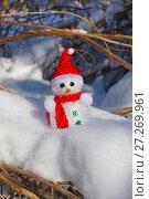 Купить «Christmas Snowman in snow», фото № 27269961, снято 1 марта 2016 г. (c) ElenArt / Фотобанк Лори
