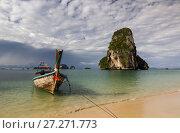 Национальная таиландская лодка на фоне острова в море. Стоковое фото, фотограф Рушания Баженова / Фотобанк Лори