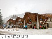 Купить «Argentiere, France - JAN 05, 2017: A lower station of Lognan cabel car in Chamonix's valley», фото № 27271845, снято 5 января 2017 г. (c) Юлия Кузнецова / Фотобанк Лори