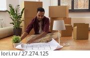Купить «man with boxes and blueprint moving to new home», видеоролик № 27274125, снято 30 ноября 2017 г. (c) Syda Productions / Фотобанк Лори