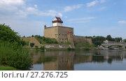 Купить «Вид на замок Германа на берегу реки Нарвы августовским  днем. Эстония», видеоролик № 27276725, снято 12 августа 2017 г. (c) Виктор Карасев / Фотобанк Лори