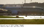 Купить «Etihad Boeing 787 Dreamliner taxiing», видеоролик № 27276745, снято 24 июля 2017 г. (c) Игорь Жоров / Фотобанк Лори