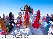 Купить «Russia, Khabarovsk, February 25: Shrovetide, children with a scarecrow symbol of a girl of winter», фото № 27278037, снято 25 февраля 2017 г. (c) Катерина Белякина / Фотобанк Лори