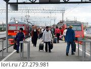 Город Тула. Пассажиры на железнодорожной платформе у пригородных электропоездов. (2015 год). Редакционное фото, фотограф Free Wind / Фотобанк Лори