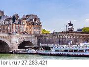 Купить «Остров Сите. Туристический корабль Vedettes du Pont Neuf на реке Сена. Конная статуя Анри IV. Париж, Франция», фото № 27283421, снято 9 мая 2017 г. (c) Николай Коржов / Фотобанк Лори