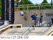 Купить «BMX райдер катается в рампе, Паланга, Литва», фото № 27284129, снято 12 июля 2015 г. (c) Ольга Коцюба / Фотобанк Лори