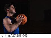 Купить «Player ready to throw basketball», фото № 27288045, снято 21 октября 2017 г. (c) Wavebreak Media / Фотобанк Лори