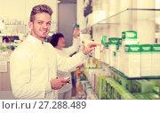 Купить «Glad man druggist in white coat», фото № 27288489, снято 21 октября 2016 г. (c) Яков Филимонов / Фотобанк Лори