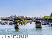 Купить «Мосты Arts и Pont Neuf в Париже над рекой Сена. Франция», фото № 27288829, снято 9 мая 2017 г. (c) Николай Коржов / Фотобанк Лори