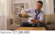 alcoholic pouring red wine to glass at home. Стоковое видео, видеограф Syda Productions / Фотобанк Лори