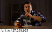 Купить «man with smartphone drinking bottled beer at home», видеоролик № 27288965, снято 10 декабря 2017 г. (c) Syda Productions / Фотобанк Лори