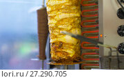 Купить «meat grilling on rotating spit at kebab shop», видеоролик № 27290705, снято 13 декабря 2017 г. (c) Syda Productions / Фотобанк Лори
