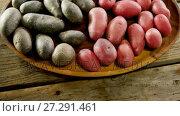 Купить «Sweet potatoes in wooden tray 4k», видеоролик № 27291461, снято 21 июля 2019 г. (c) Wavebreak Media / Фотобанк Лори