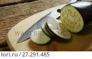 Купить «Sliced eggplant with knife on chopping board 4k», видеоролик № 27291485, снято 10 апреля 2020 г. (c) Wavebreak Media / Фотобанк Лори