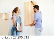 Купить «couple with wallpaper repairing apartment or home», фото № 27295713, снято 4 июня 2017 г. (c) Syda Productions / Фотобанк Лори