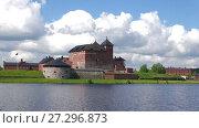 Купить «Вид на крепость Хамеенлинна с озера Ванаявеси июньским днем. Финляндия», видеоролик № 27296873, снято 10 июня 2017 г. (c) Виктор Карасев / Фотобанк Лори