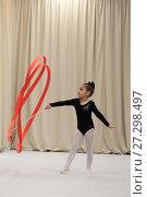 Купить «Гимнастка 4-х лет выполняет показательную фигуру с лентой», эксклюзивное фото № 27298497, снято 4 декабря 2017 г. (c) Дмитрий Неумоин / Фотобанк Лори