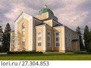 Купить «Самая большая деревянная церковь июньским вечером. Керимяки, Финляндия», фото № 27304853, снято 17 июня 2017 г. (c) Виктор Карасев / Фотобанк Лори