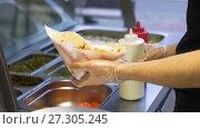 Купить «chef adding sauce to pita with meat at kebab shop», видеоролик № 27305245, снято 15 декабря 2017 г. (c) Syda Productions / Фотобанк Лори