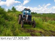 Купить «Трактор стоит в высокой траве на берегу пруда», фото № 27305261, снято 6 августа 2017 г. (c) Pukhov K / Фотобанк Лори