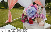 Купить «Decorated with floral arrangements. Gift bouquets of beautiful flowers. Place for the wedding ceremony. Nature. Green Park.», видеоролик № 27306337, снято 29 октября 2017 г. (c) Mikhail Davidovich / Фотобанк Лори