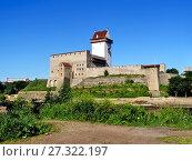 Купить «Нарвский замок. Замок Германа. Река Нарва. Эстония», фото № 27322197, снято 19 июня 2013 г. (c) Сергей Афанасьев / Фотобанк Лори