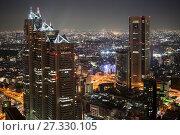 Здания Park Hyatt Tokyo и Opera City Concert Hall в центральном деловом районе Shinjuku в вечернее время. Токио, Япония (2013 год). Редакционное фото, фотограф Кекяляйнен Андрей / Фотобанк Лори