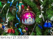 Купить «Рождественский шар на ветвях новогодней ёлки», фото № 27333553, снято 1 января 2016 г. (c) Алёшина Оксана / Фотобанк Лори