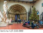 Купить «Итальянский дворик и Новогодняя ёлка в Пушкинском музее Москвы», эксклюзивное фото № 27333989, снято 24 декабря 2017 г. (c) Виктор Тараканов / Фотобанк Лори