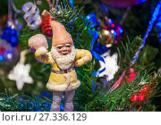 Купить «Старинный ватный гномик с мешком подарков на ветвях новогодней ёлки», фото № 27336129, снято 1 января 2016 г. (c) Алёшина Оксана / Фотобанк Лори