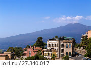Купить «Таормина, Сицилия, Италия. Город на фоне вулкана Этна», фото № 27340017, снято 13 июля 2016 г. (c) Rokhin Valery / Фотобанк Лори