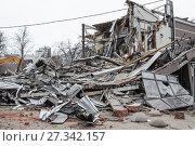 Купить «Снос незаконной постройки. Москва», фото № 27342157, снято 9 февраля 2016 г. (c) Алёшина Оксана / Фотобанк Лори