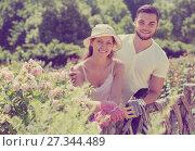 Купить «Young family gardening», фото № 27344489, снято 19 марта 2019 г. (c) Яков Филимонов / Фотобанк Лори