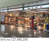 Купить «Souvenir shop at Ho Chi Minh airport», фото № 27345293, снято 10 декабря 2017 г. (c) Александр Подшивалов / Фотобанк Лори