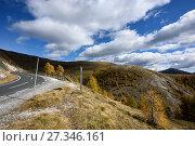 Купить «Серпантинная горная дорога Нокальмштрассе (Nockalmstrasse) в национальном парке Нокберге. Каринтия, Австрия.», фото № 27346161, снято 10 октября 2017 г. (c) Bala-Kate / Фотобанк Лори