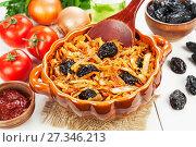 Купить «Тушеная капуста с черносливом и томатом в сотейнике», фото № 27346213, снято 28 декабря 2017 г. (c) Надежда Мишкова / Фотобанк Лори