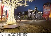 Купить «Christmas (New Year holidays) decoration in Moscow (at night), Russia», фото № 27346457, снято 2 января 2018 г. (c) Владимир Журавлев / Фотобанк Лори