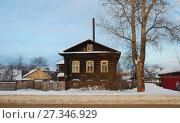 Купить «Одноэтажный деревянный жилой дом. Улица 9 Января, 8. Город Углич. Ярославская область», эксклюзивное фото № 27346929, снято 4 января 2011 г. (c) lana1501 / Фотобанк Лори