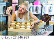 Купить «woman with bracelet collection in bijouterie boutique», фото № 27346989, снято 26 марта 2019 г. (c) Яков Филимонов / Фотобанк Лори