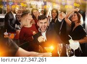Купить «Guy expressively dancing in bar», фото № 27347261, снято 29 ноября 2017 г. (c) Яков Филимонов / Фотобанк Лори