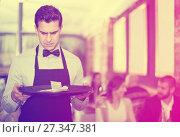 Купить «disgruntled waiter holding serving tray with tips», фото № 27347381, снято 11 декабря 2017 г. (c) Яков Филимонов / Фотобанк Лори