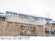 Купить «Ледяные сосульки свисают с дома в зимнюю оттепель», фото № 27347717, снято 6 января 2013 г. (c) Алёшина Оксана / Фотобанк Лори