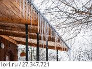 Купить «Ледяные сосульки свисают с карниза крыши крыльца церкви в зимнюю оттепель», фото № 27347721, снято 6 января 2013 г. (c) Алёшина Оксана / Фотобанк Лори
